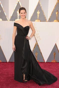 Pin for Later: Retour Sur Tous les Looks des Oscars 2016 Jennifer Garner Portant une robe signée Atelier Versace, des escarpins Rene Caovilla, et une pochette Ferragamo.