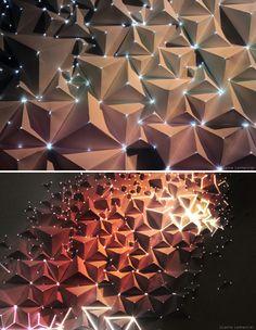 L'artiste plasticien Joanie Lemercier, basé à Bristol en Angleterre, a réalisé une nouvelle œuvre à base d'origami et de projection 3D . Créée en utilisant des feuilles de papier A4 pliées en forme de pyramides sur lesquelles il a projeté un mapping abouti, l'oeuvre offre un effet intéressant.