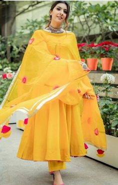 Pakistani Dresses Casual, Pakistani Dress Design, Pakistani Bridal, Pakistani Gharara, Pakistani Culture, Designer Party Wear Dresses, Kurti Designs Party Wear, Dress Indian Style, Indian Fashion Dresses