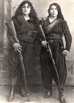 Hamidiye Alayları katliamlarında kocalarını kaybeden Sivaslı Ermeni kadınlar.  (1895) Yeğisabet Sultanyan (Sağda)