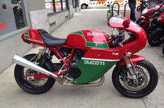 In 1979, Ducati built 200 examples of the MHR (Mike Hailwood Replica) to commemorate Mike's triumph at the 1978 Isle of Man TT. Bowing to popular demand, Ducati ended up extending production far more than intended – approximately 7,100 were eventually sold. Ducati's livery for the MHR was distinctive, and it's been aped in this tribute…to a bike that was already a replica. Homages all around!