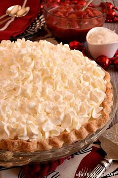 White Christmas Pie White Christmas Pie - A creamy coconut pie flavored with vanilla and almond topped with whipped cream and strawberries! Easy and delicious! Christmas Cooking, Christmas Desserts, Christmas Christmas, Christmas Foods, Christmas Crunch, Christmas Ornaments, Xmas, Holiday Foods, Just Desserts