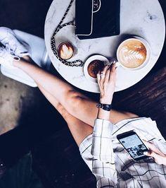 Bom dia! Quem aí já acorda com o celular na mão também? ☕️📱 #vicio #addicted #celphone #morning #bomdia #coffee #fashion #moda #style #love #fashionista #fashionblogger