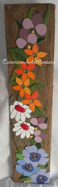 Quadro de mosaico sobre madeira de demolição. Azulejos, gemas de vidro e gemas cerâmicas. www.facebook.com/CacarecoArteMosaico: