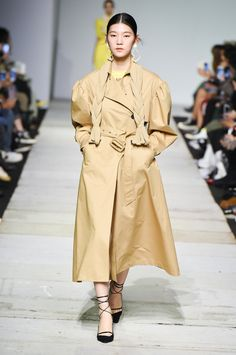 Discover NOWFASHION, the first real time fashion photography magazine to publish exclusive live fashion shows. Live Fashion, Fashion Show, Seoul Fashion, Korean Brands, Runway Fashion, Ready To Wear, Fashion Photography, Raincoat, Vogue