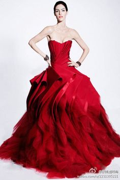 Extravagant and non-conformist wedding dresses on behalf of Zac Posen. The 2012 Zac Posen wedding dresses are definitely about strong colors, feminine shapes and dramatic looks. Zac Posen, Couture Mode, Style Couture, Couture Fashion, Evening Dress Long, Evening Dresses, Afternoon Dresses, Beautiful Gowns, Beautiful Outfits