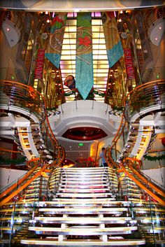 Make an entrance. Mariner of the Seas Centrum.