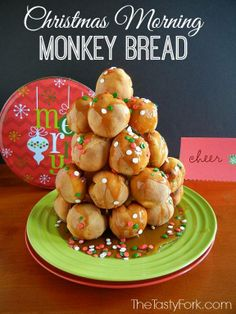 Christmas Morning Monkey Bread Recipe ~ It's stuffed with sausage, apples and cream cheese. Topped off with warmed maple syrup and festive sprinkles! Christmas Brunch Menu, Christmas Dishes, Christmas Breakfast, Christmas Sweets, Christmas Morning, Christmas Christmas, Churros, Mousse, Breakfast Dessert