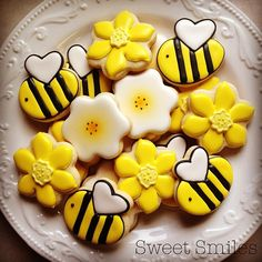 Hap-bee Friday! #cookies #sugarcookies #decoratedcookies #decoratedsugarcookies #royalicing #spring #bees #flowers #abbotsford #sweetsmilescookies