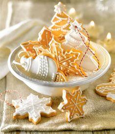 Galletas de Navidad en forma de copos de nieve, bolas y árboles con corden para colgar