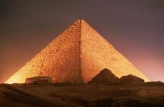 """Las dimensiones y geometría de la """"Gran Pirámide"""" encierran un gran conocimiento, además de que también son proféticas.  La base cuadrada simboliza al mundo material y las 4 caras triangulares, nos recuerdan al triángulo que viene a simbolizar a la trimurti cristiana Padre, Hijo y Espíritu Santo."""
