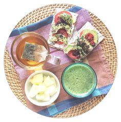 Ya hace un rato... Melón, té verde, pan wasa con tomate  y aguacate #greensmoothie #losdesayunosdeaurora #perriconediet #desayuno