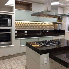 Uma cozinha desta por favor! Amei! Inspiração via @decoramundo - Projeto Eliane Lóes - www.homeidea.com.br Face: /homeidea Pinterest: Home Idea #homeidea #arquitetura #ambiente #archdecor #archdesign #projeto #homestyle #home #homedecor #pontodecor #homedesign #photooftheday #interiordesign #interiores #picoftheday #decoration #revestimento #decoracao #architecture #archdaily #inspiration #project #regram #home #casa #grupodecordigital #cozinha #kitchen