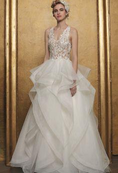 Romantische bruidsjurk met kanten topje met V-décolleté. De rok bestaat uit verschillende stroken en lagen met een mooie boord. Wedding Dresses, Fashion, Bridal Dresses, Moda, Bridal Gowns, Wedding Dressses, Weeding Dresses, Wedding Dress, Fasion