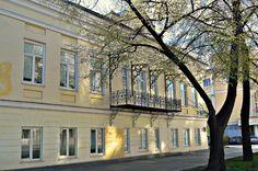 Посмотрите, какой душевный дом стоит на ул. 8-е Марта, 3. Собственно это перекресток ул. 8-е Марта и вроде бы Химиков. Дом совсем не броский, разве что ажурный балкон на кронштейнах цепляет взгляд …
