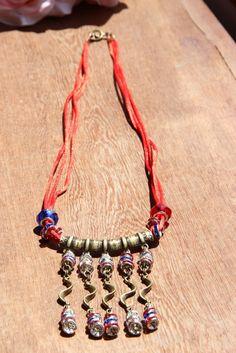 Colar Vintage com berloques azuis e vermelhos