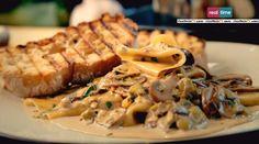 Gordon Ramsay, chef stellato e protagonista dello show di Real TimeCucina con Ramsay, ha proposto la sua ricetta dellapasta con funghi e porri. Di seguito ingredienti e procedimento. Affettiamo i funghi; facciamo scaldare dell'olio d'oliva in padella, saltiamo i funghi e lasciamo cuocere finchè non assumeranno una colorazione più scura; aggiungiamo uno spicchio d'aglio tritato. …