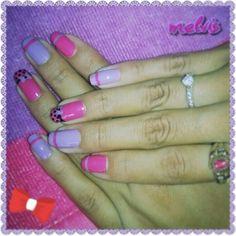 Uñas moradas y rosadas