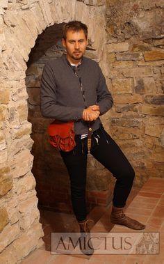 Spodni ubiór męski (dublet i nogawice) uszyty z sukna wełnianego na podstwie licznych przedstawień ikonograficznych z końca XIV i pierwszej połowy XVw. Fot. Dariusz Skowrońsk