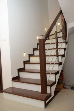 Stairs Tiles Design, Staircase Design Modern, Staircase Railing Design, Home Stairs Design, Interior Stairs, Interior Design Living Room, Steel Railing Design, Stair Renovation, Stair Decor