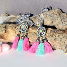 Boucles d'oreilles pompons et perles, bohèmes chic, turquoise et rose bombon : Boucles d'oreille par sunkris