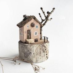 Driftwood little houses Clay Houses, Paper Houses, Miniature Houses, Wood Houses, Cork Crafts, Wooden Crafts, Diy And Crafts, Painted Driftwood, Driftwood Crafts