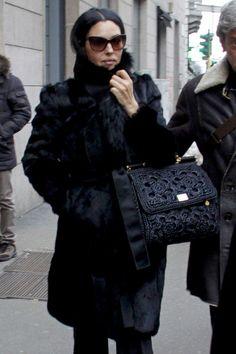 Monica Bellucci in Milan Black Women Fashion, Fur Fashion, Look Fashion, Winter Fashion, Monica Bellucci Photo, Italian Actress, Military Style Jackets, Street Style Looks, Italian Fashion