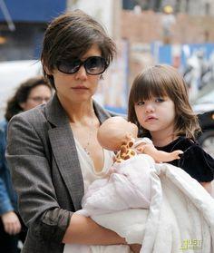 Actress - atriz - actriz - hair - cabelo - pelo - eye - olho - ojo - blue - azul - beautiful - bonita - hermoso - moda - look - style - estilo - inspiration - inspiração - inspiración - fashion - elegant - elegante - blazer - dress - vestido - Little Marc Jacobs - child - criança - niña - menina - girl - Princess - princesa - baby - bebê - daughter - filha - hija - mother - mãe - madre - mom - mamãe - mamá - September - 2008 - Katie Holmes - Suri Cruise