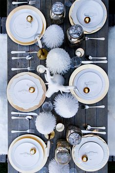 white and gold christmas table - Amazing Diy Decor Christmas Table Settings, Christmas Tablescapes, Christmas Decorations, Table Decorations, Holiday Decorating, Decorating Ideas, Magical Christmas, Christmas Mood, Gold Christmas