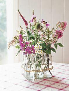 Jarrón de cristal con flores silvestres