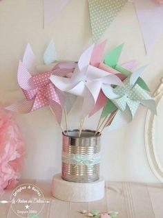 Ce lot de 10 moulins à vent (statiques), apportera à votre décoration de salle de cérémonie de baptême ou de mariage une jolie note de couleur, que vous les disséminiez sur vos tables invités en centre de table, ou sur votre buffet d'honneur. <br />Les couleurs douces utilisées rose, vert pastels et blanc permettront de rejoindre la décoration d'une chambre après la fête. <br /> <br />Fabrication artisanale à la demande, dans un délai de 15 jours à par...