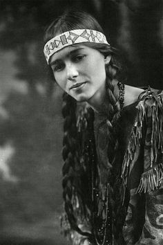 PORTRAIT Native American, inspiration for Emerson hair style. Native American Cherokee, Native American Girls, Native American Beauty, Native American Photos, Native American Tribes, Native American History, American Indians, American Pride, Cherokee Indian Women