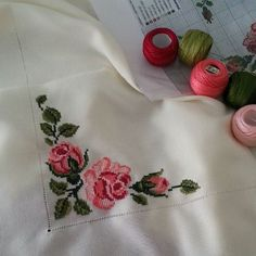 This Pin was discovered by ser Baby Cross Stitch Patterns, Cross Stitch Borders, Cross Stitch Rose, Cross Stitch Flowers, Hardanger Embroidery, Cross Stitch Embroidery, Embroidery Patterns, Hand Embroidery, Serviettes Roses