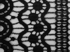 GUIPIR NEO GEO ETNICO (Preto). Guipir com motivos étnicos, leve, com ótimo caimento. Ideal para mode mais soltinhas, ou para detalhes de peças mais estruturadas. Sugestão para confeccionar: Vestidos longos, saias longas, detalhamento de peças, entre outros.