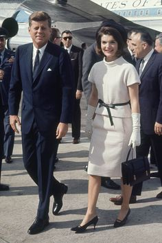 Jacqueline Kenney Onassis (AKA Jackie O)'s best fashion and style moments, as First Lady Of The United States. Jacqueline Kennedy Onassis, Estilo Jackie Kennedy, Jackie O's, Les Kennedy, John Kennedy, Jaqueline Kennedy, Caroline Kennedy, First Ladies, 20th Century Fashion