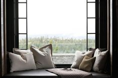 beautiful window seat with lots of throw pillows Window Benches, Country Interior, Room Interior, Bedding Sets Online, Curtains With Blinds, Cozy Bed, Small Rooms, Home Decor Bedroom, Soft Furnishings
