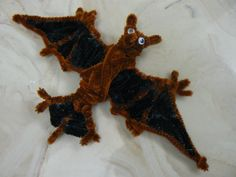 Bat pipe cleaners Pipe Cleaner Projects, Pipe Cleaner Art, Pipe Cleaner Animals, Fun Crafts, Crafts For Kids, Arts And Crafts, Needle Felted Animals, Needle Felting, Diy Projects To Try