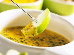 Fruchtiges Käsefondue mit Cheddar und Spinat | http://eatsmarter.de/rezepte/fruchtiges-kaesefondue-mit-cheddar-und-spinat