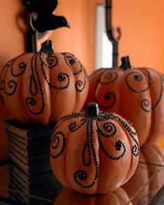 30 Creative Ways to Decorate a Pumpkin with Ribbon for Halloween. Pumpkin decorating with Ribbons are also kid-friendly, so anyone can join in on the fun. Diy Halloween, Adornos Halloween, Holidays Halloween, Halloween Pumpkins, Halloween Decorations, Halloween Clothes, Mini Pumpkins, Costume Halloween, Fall Pumpkins