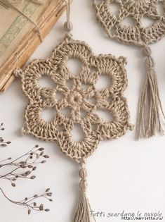 Piccole decorazioni da appendere in corda lavorata a crochet, sottopentola in corda, patterns, sche… en 2020 Crochet Bunting, Crochet Garland, Crochet Decoration, Love Crochet, Diy Crochet, Crochet Crafts, Crochet Projects, Crochet Mandala, Crochet Motif