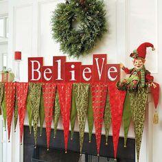 décorations de Noël traditionnelles en vert et rouge pour le manteau cheminée