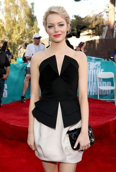 STYLE CRUSH: #EmmaStone working a monochrome peplum at the 2012 MTV Movie Awards. Teamed with a slick of red lipstick, statement ring and little black clutch.