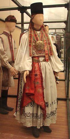 Costume traditionnel de Transylvanie (Hongrie)  Womans Costume (saxon) from Transylvania, 1892, Szelindek, Szenben  Costumes du musée d'ethnographie de Budapest
