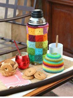 Funda para termo tejido al crochet descarga el patron en www.eviadigital.com Crochet Kitchen, Crochet Home, Knit Crochet, Mug Cozy, Coffee Cozy, Diy And Crafts, Arts And Crafts, Bottle Cover, Crochet Girls
