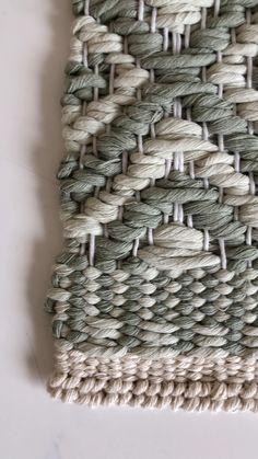 Weaving Loom Diy, Weaving Art, Weaving Patterns, Hand Weaving, Diy Furniture Decor, Knit Rug, Weaving Wall Hanging, Crochet Handbags, Weaving Techniques
