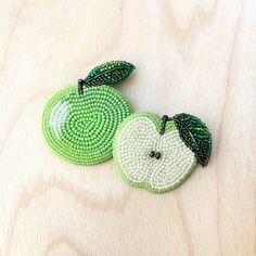 БРОШЬ ИЗ БИСЕРА (@brooch_garden) в Instagram: «Время собирать ранний яблочный урожай!) Сочное яблочко справа в наличии Размер - 4×5 см,…»