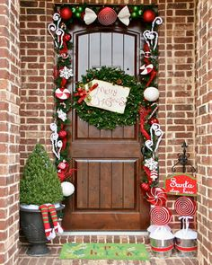 Top 10 Inspirational Christmas Front Porch Decorations - Top Inspired Front Door Decoration Ideas for Christmas Front Door Christmas Decorations, Christmas Front Doors, Outdoor Decorations, Winter Decorations, Outdoor Ideas, Doorway Decorations, Christmas Entryway, Apartment Christmas, Front Porch Ideas For Christmas