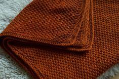 Selbstgestrickte Babydecke im Perlmuster aus Baumwoll-Merinowoll-Mischgarn Baby Knitting Patterns, Baby Patterns, Hand Knitting, Crochet Patterns, Purl Bee, Purl Stitch, Seed Stitch, Knitted Blankets, Knitted Hats