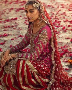 A tribute to the royal era! We are so in awe of this bridal look, featuring the beautiful blending regal silhouettes &… Bridal Mehndi Dresses, Pakistani Wedding Dresses, Pakistani Outfits, Bridal Outfits, Indian Dresses, Indian Outfits, Punjabi Wedding, Indian Clothes, Bridal Lehenga