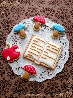 秋のアイシングクッキー。秋と言えば・・・?私は食欲の秋!! でも、前から使いたかった本のクッキー型を使ってみました。イメージは、森の中で大きな木にもたれて読書…